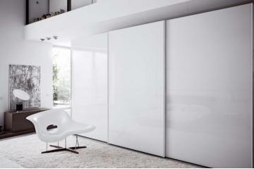 Garderobne omare z drsnimi vrati