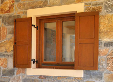 lesena okna s polkni